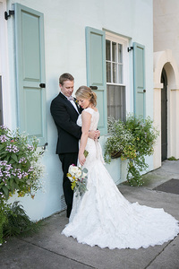 bride and groom on Rainbow row in Charleston, SC